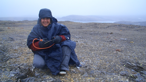 Pooting in the rain. María Luisa Ávila Jiménez on Nordaustlandet, August 2007